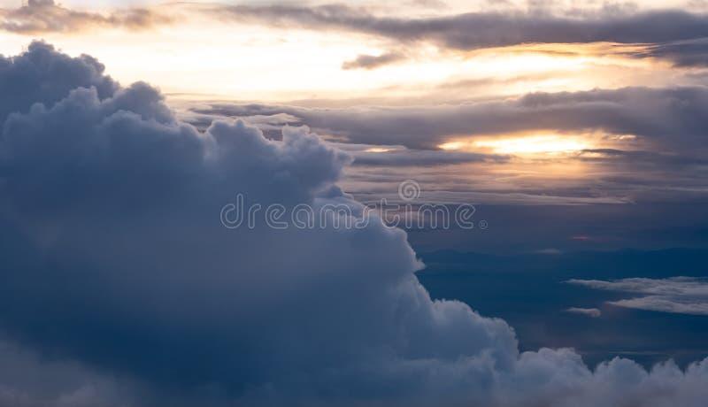 Вид с воздуха захода солнца с большим облаком на взгляде неба вечера на airp стоковые фотографии rf