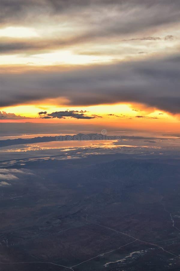 Вид с воздуха захода солнца Большого озера от самолета в горной цепи Уосат скалистой, подметая cloudscape и ландшафте Юте стоковое фото