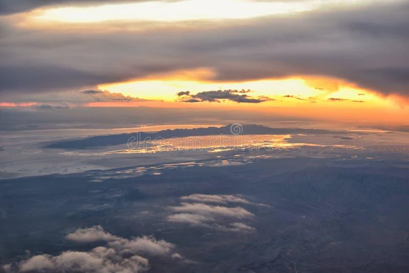Вид с воздуха захода солнца Большого озера от самолета в горной цепи Уосат скалистой, подметая cloudscape и ландшафте Юте стоковое изображение