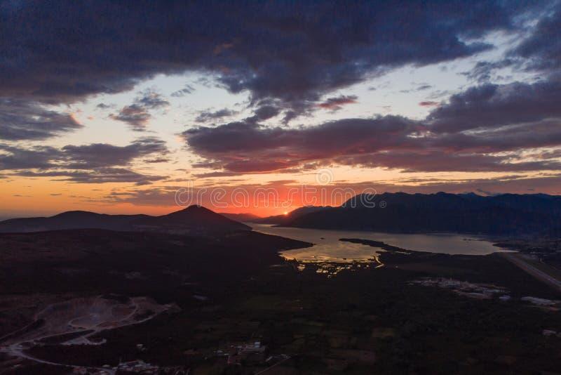 вид с воздуха захода солнца над tivat в заливе kotor стоковое изображение rf