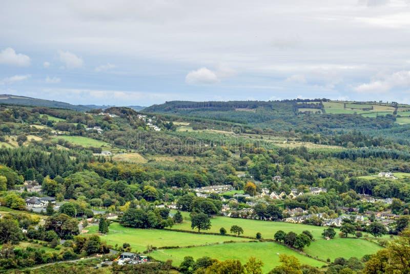 Вид с воздуха зеленых полей вокруг Glendalough в Ирландии стоковые фото