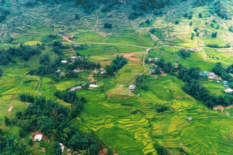 Вид с воздуха зеленых террас и горного села риса стоковые фотографии rf