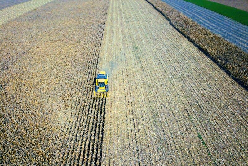 Вид с воздуха зернокомбайна на поле сбора стоковые фото
