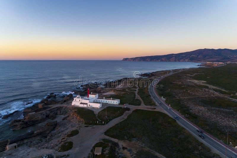 Вид с воздуха зоны Guincho, с маяком Cabo Raso, сценарной дорогой по побережью и накидкой Cabo da Roca o Roca стоковая фотография rf
