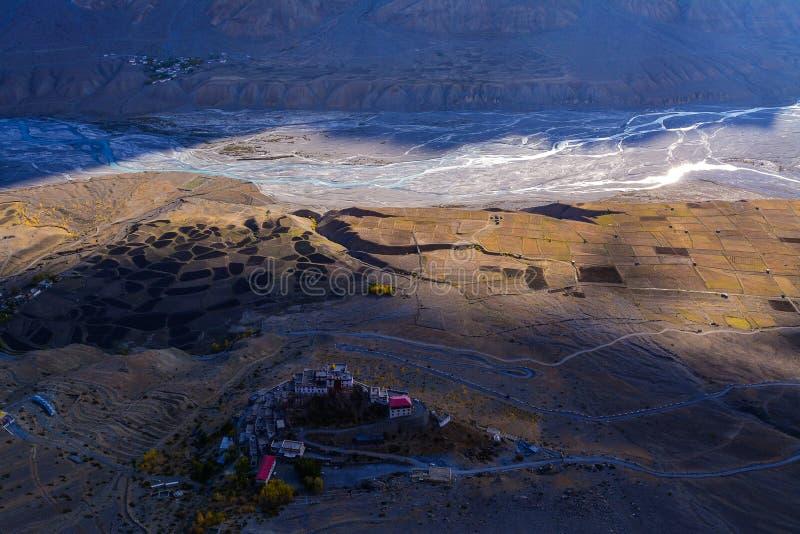 Вид с воздуха ключевого монастыря в долине Spiti, Himachal Pradesh, Индии стоковая фотография