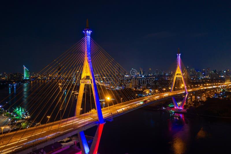 Вид с воздуха кольца индустрии приостанавливая мост вечером в Бангкоке стоковые фотографии rf