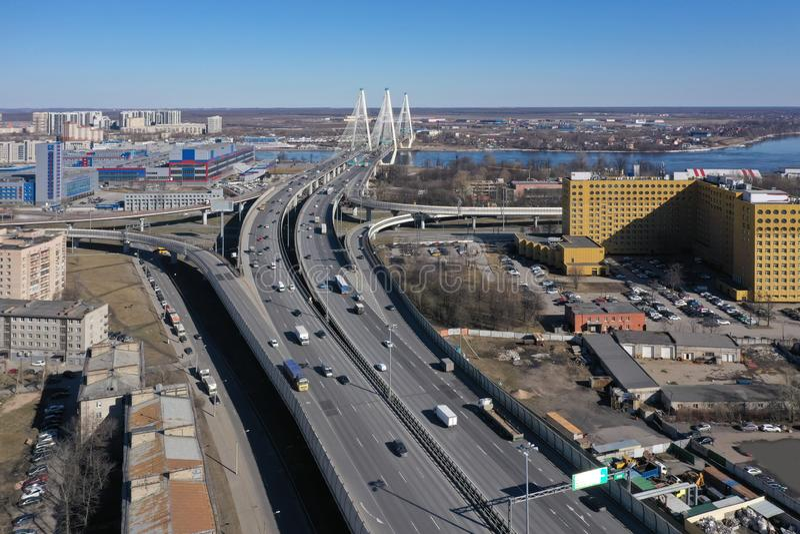 Вид с воздуха кольцевой дороги около, который кабел-остали моста стоковое фото