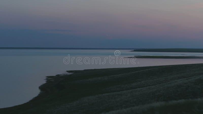 Вид с воздуха красивого изумрудно-зеленого озера воды и захода солнца ландшафта лета Заход солнца на озере стоковые изображения