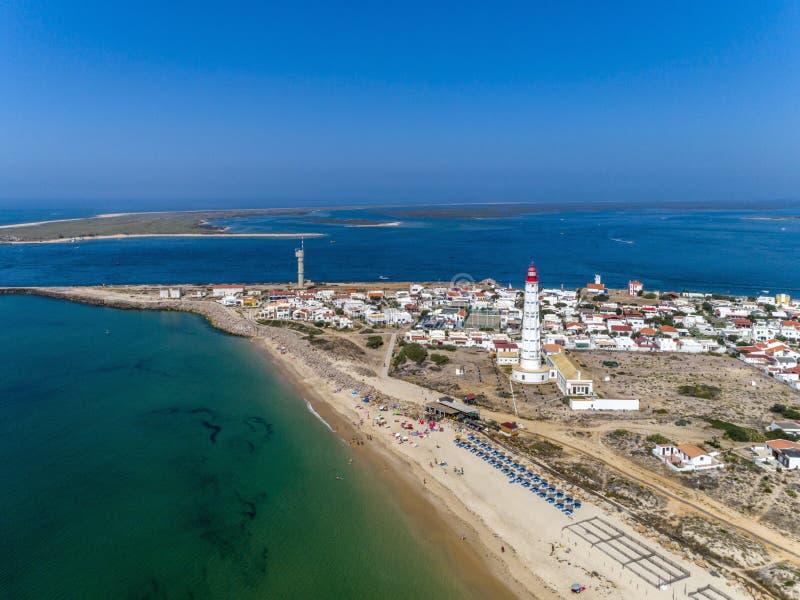 Вид с воздуха красивого ilha делает остров маяка Farol, в Алгарве Португалия стоковые изображения rf
