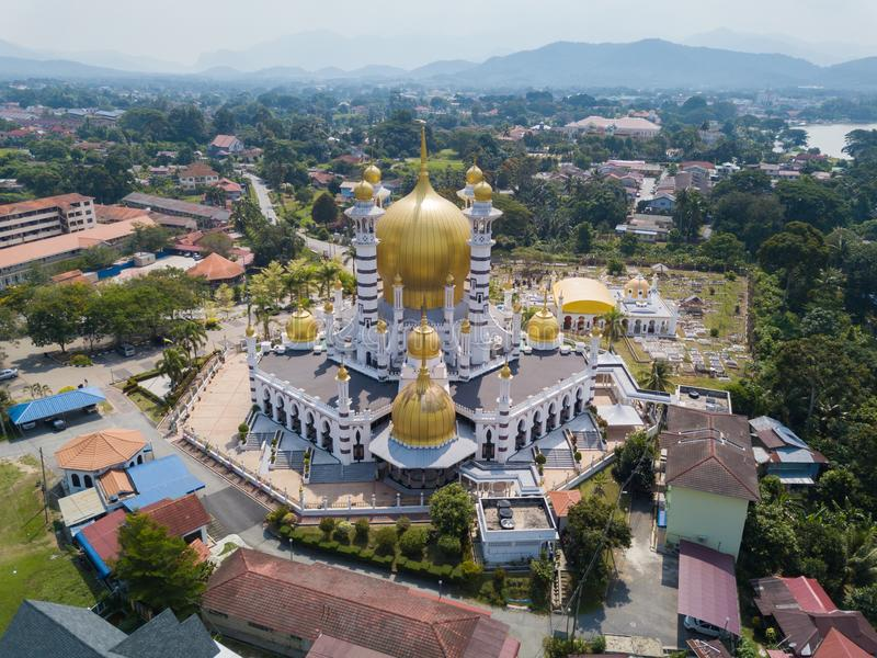 Вид с воздуха красивой мечети в Kuala Kangsar, Малайзии стоковое изображение