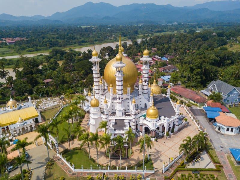 Вид с воздуха красивой мечети в Kuala Kangsar, Малайзии стоковые изображения rf