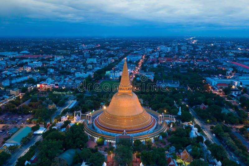 Вид с воздуха красивой пагоды Gloden на заходе солнца Висок Phra Pathom Chedi в провинции Таиланде Nakhon Pathom стоковая фотография