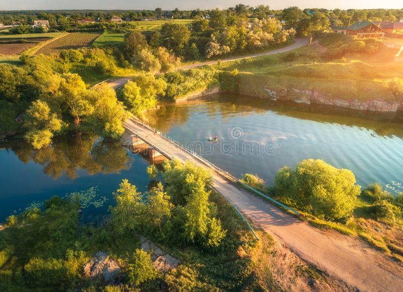 Вид с воздуха красивой сельской местности на заходе солнца o стоковое фото rf