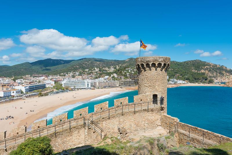 Вид с воздуха крепости Vila Vella и залива Badia de Tossa на лете в Tossa de Повреждать на Косте Brava, Каталонии, Испании стоковые фотографии rf