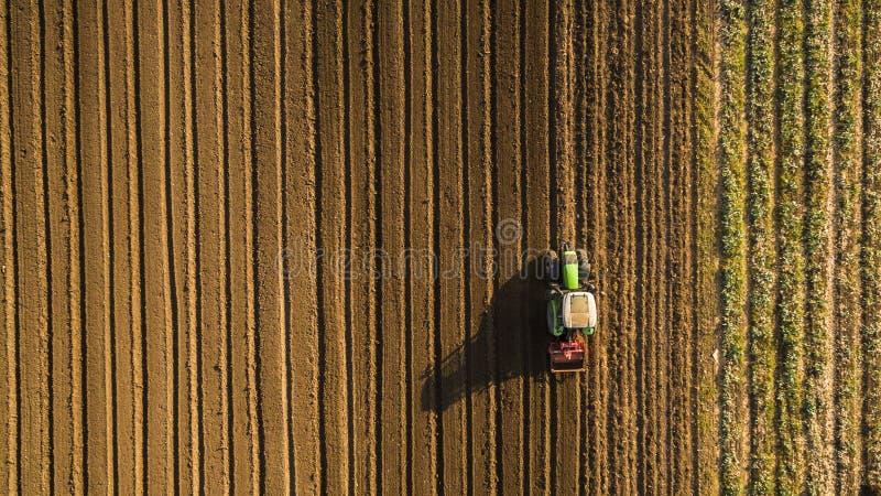Вид с воздуха культивировать трактора и мучительное поля стоковая фотография rf