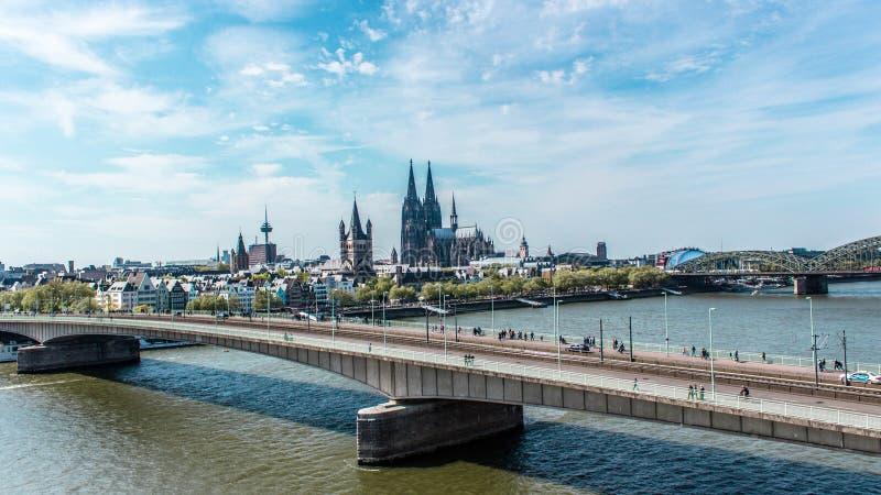 Вид с воздуха Кёльна, Германии над Рейном стоковые фотографии rf