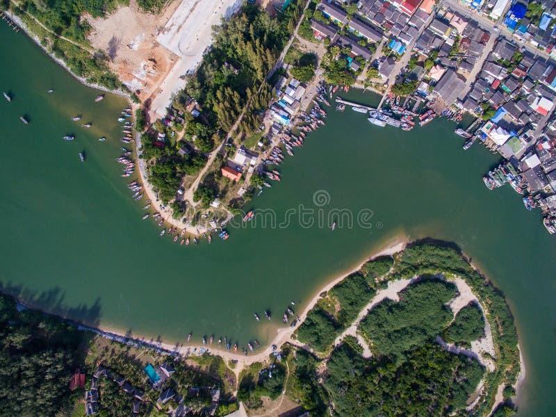 Вид с воздуха лимана Pranburi с рыбацким поселком вдоль реки стоковые фотографии rf