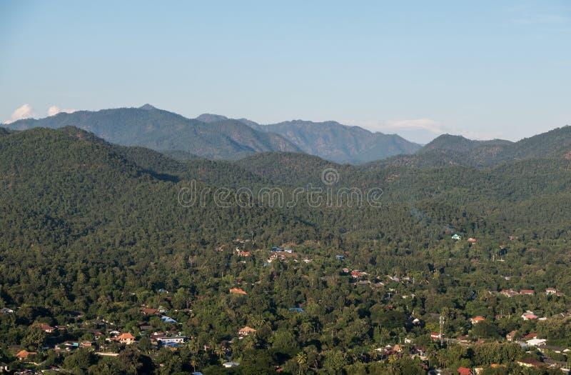 Вид с воздуха маленького города в долине стоковые изображения
