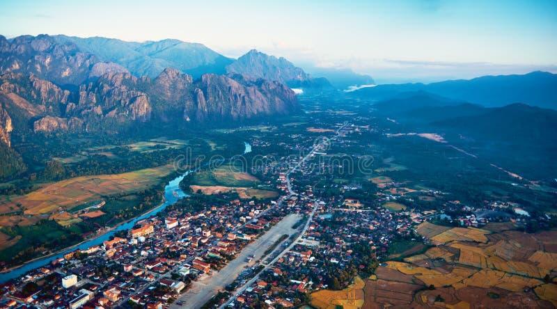 Вид с воздуха маленького города в долине и реке скалистой горы стоковые фото