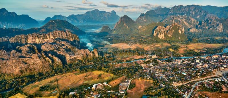 Вид с воздуха маленького города в долине и реке скалистой горы стоковые изображения rf