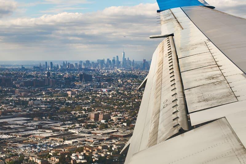 Вид с воздуха Манхэттена, Нью-Йорка, от самолета с крылом на переднем плане стоковая фотография rf