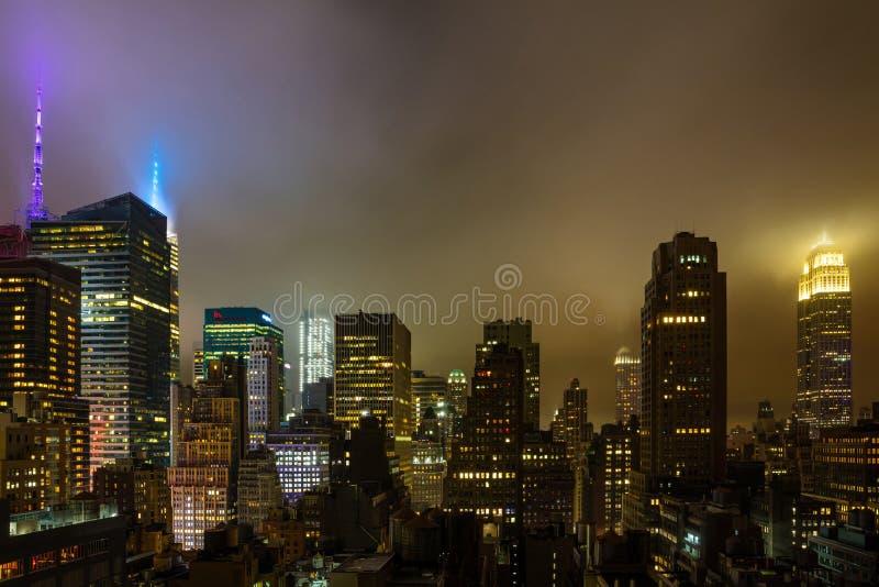 Вид с воздуха Манхэттена осветил небоскребы, Нью-Йорк вечером стоковые фото