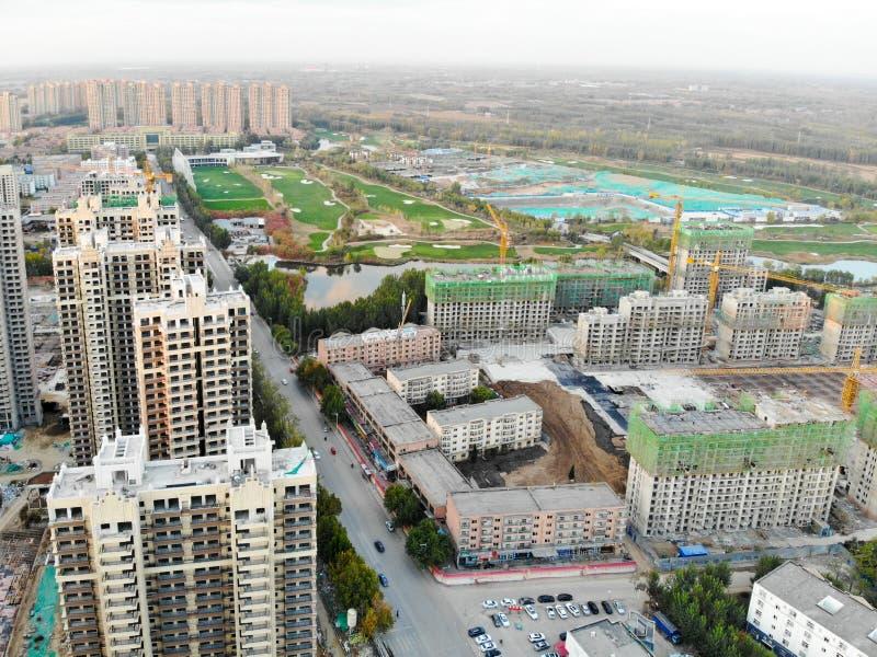 Вид с воздуха массивной идентичной строительной площадки в конструкции с краном башни стоковое изображение