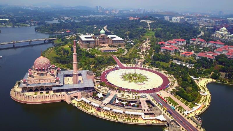 Вид с воздуха мечети Putra с дизайном ландшафта сада и озером Путраджайя, Путраджайя Самая известная достопримечательность внутри стоковое фото