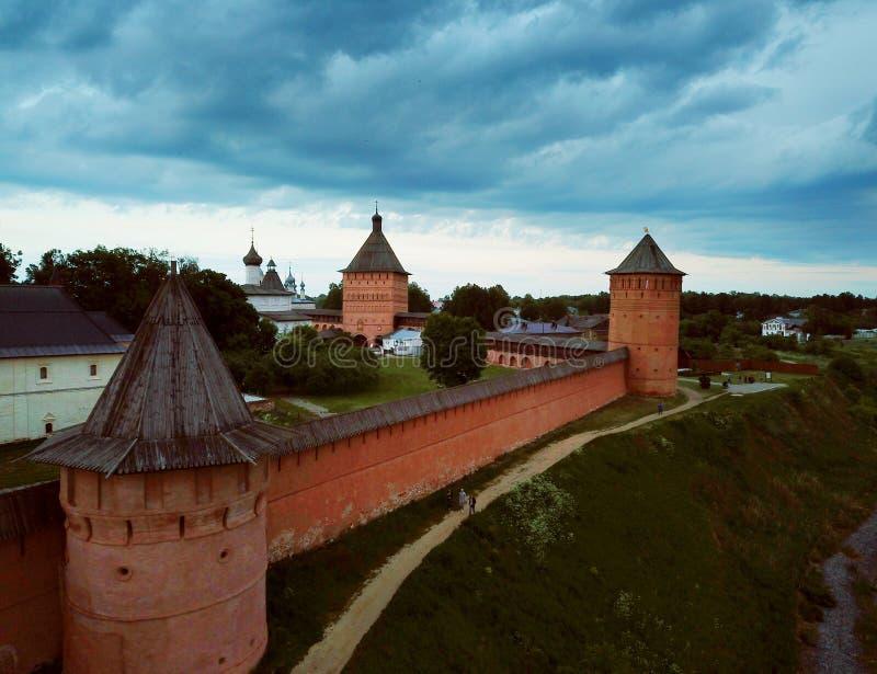 Вид с воздуха монастыря Spaso-Evfimiev в Suzdal, России во время пасмурного захода солнца стоковое изображение rf
