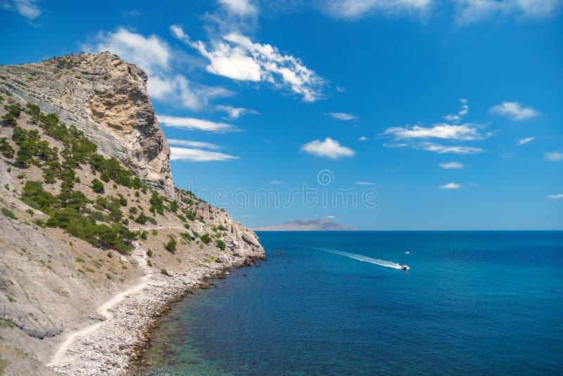 Вид с воздуха моря, взгляд сверху, изумительная предпосылка природы Цвет воды и красиво яркий Лазурный пляж с скалистым mountai стоковые изображения