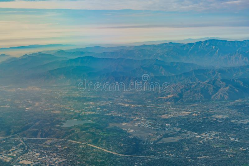 Вид с воздуха нагорья, Rancho Cucamonga, взгляда от сиденья у окна i стоковая фотография