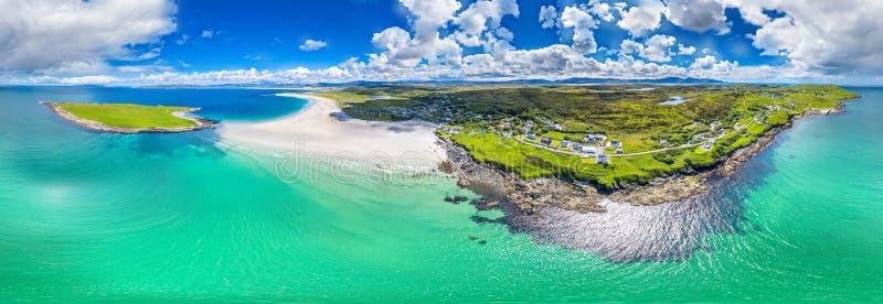 Вид с воздуха награженного пляжа Narin Portnoo и острова Inishkeel в графстве Donegal, Ирландии стоковое фото rf