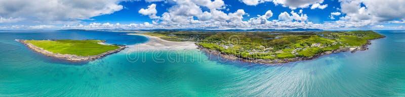 Вид с воздуха награженного пляжа Narin Portnoo и острова Inishkeel в графстве Donegal, Ирландии стоковое изображение