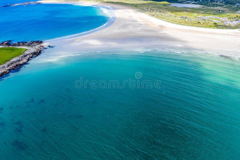 Вид с воздуха награженного пляжа Narin Portnoo и острова Inishkeel в графстве Donegal, Ирландии стоковые фотографии rf