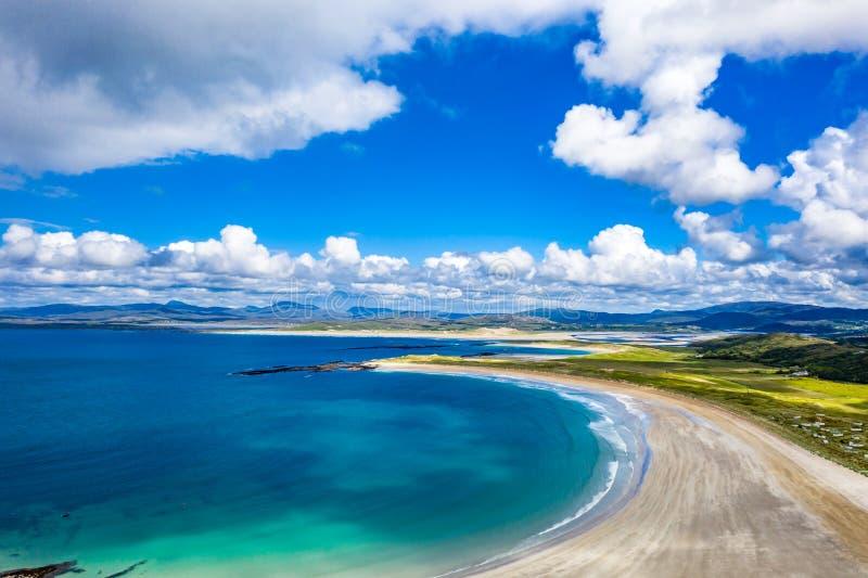 Вид с воздуха награженного пляжа Narin Portnoo и острова Inishkeel в графстве Donegal, Ирландии стоковое фото