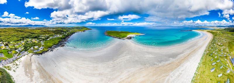 Вид с воздуха награженного пляжа Narin Portnoo и острова Inishkeel в графстве Donegal, Ирландии стоковое изображение rf