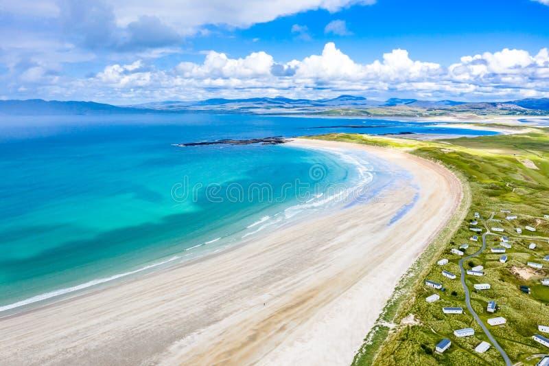 Вид с воздуха награженного пляжа Narin Portnoo и острова Inishkeel в графстве Donegal, Ирландии стоковые изображения rf