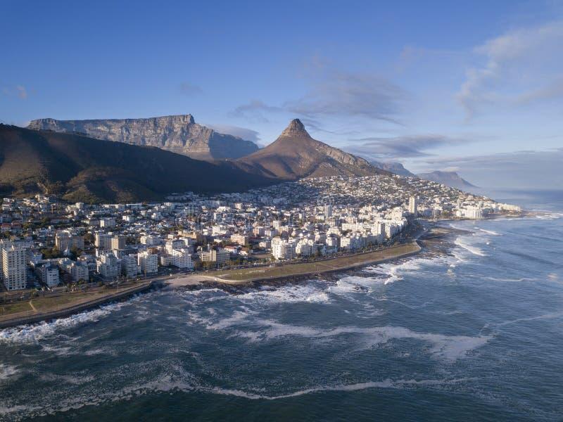Вид с воздуха над Кейптауном, Южной Африкой со Столовой горой стоковое фото