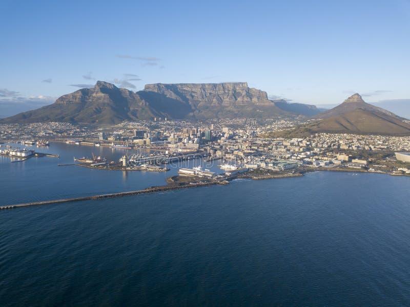 Вид с воздуха над Кейптауном, Южной Африкой со Столовой горой стоковое изображение rf