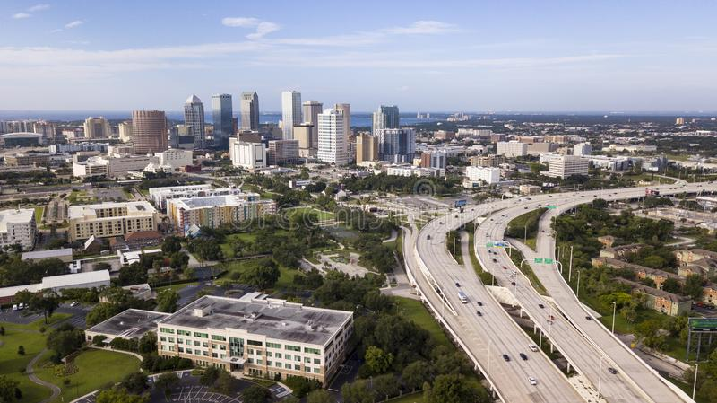 Вид с воздуха над национальной дорогой водя к городской Тампа FL стоковая фотография rf