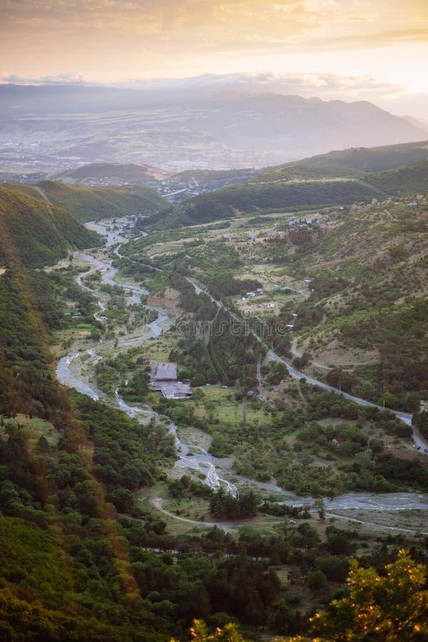 Вид с воздуха над рекой mountailn и частью Тбилиси, Georgia стоковые фотографии rf
