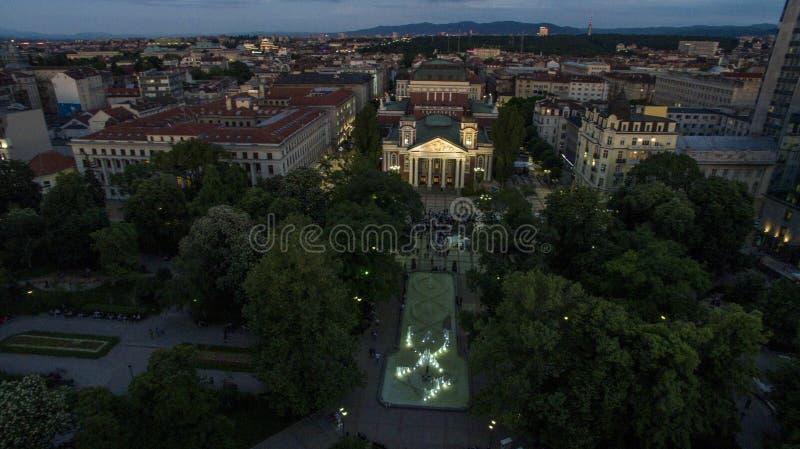 Вид с воздуха национального театра на ноче, Софии, Болгарии стоковое фото