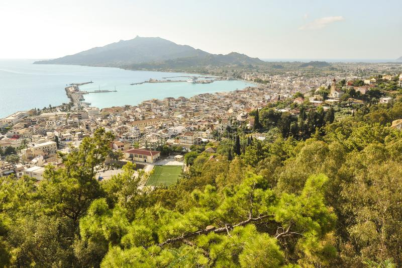 Вид с воздуха на главном городе, курорте и гавани с ландшафтом моря и горы стоковое фото