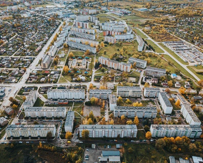 Вид с воздуха на жилые дома советского типа в промышленной части города Елгава Латвия стоковые фото