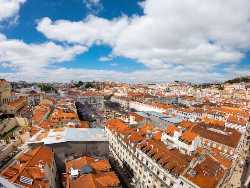 Вид с воздуха на зданиях и улице в Lisbona, Португалии Оранжевые крыши в центре города стоковые изображения rf