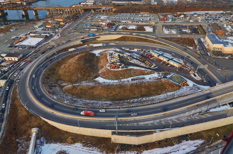 Вид с воздуха на изогнутую дорогу с автомобилями в Нью-Джерси, соединенные штаты стоковые фото