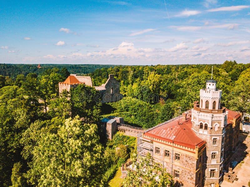 Вид с воздуха на красивом известном новом замке в Sigulda, Латвии стоковые фото