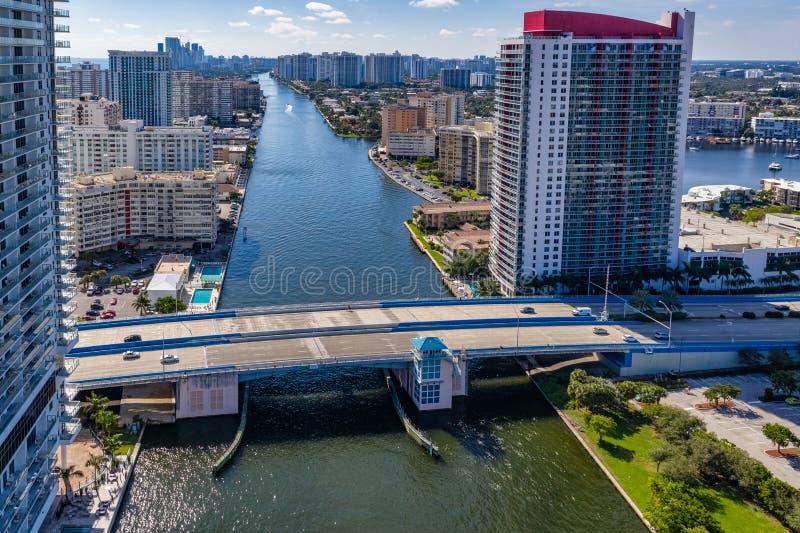 Вид с воздуха на Майами-Бич, показывающий мост на канале стоковые фото