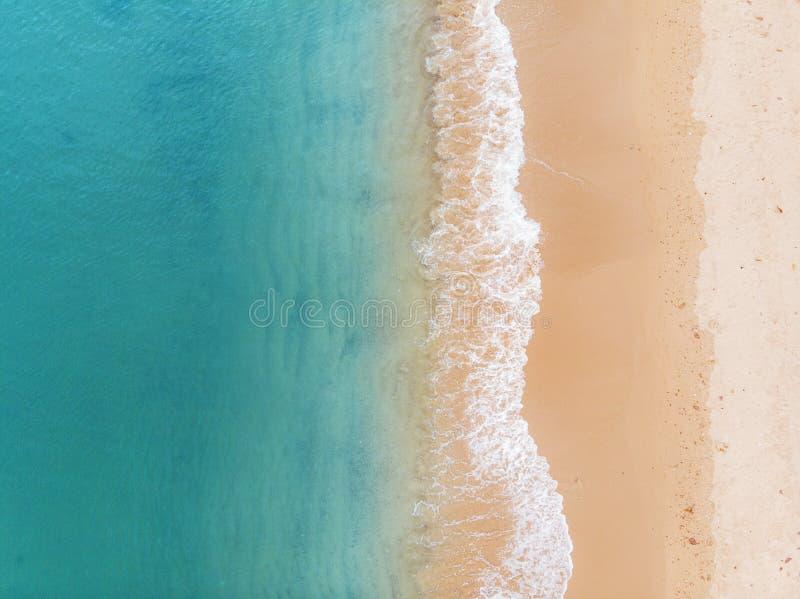 Вид с воздуха на пляж и голубой океан стоковая фотография rf