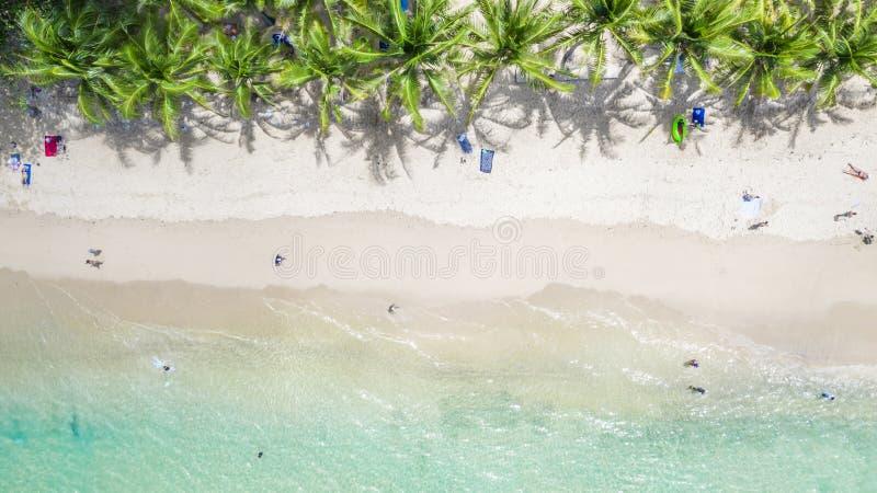 Вид с воздуха на пляж Сурин в Пхукете, на юге Таиланда, пляж Сурин - очень известное туристическое место в Пхукете стоковое фото